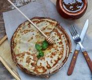 Crêpes avec du miel Image stock