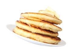 Crêpes avec du miel et le beurre (image avec le chemin de coupure) Images stock