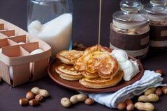 Crêpes avec du miel versé par crème images stock