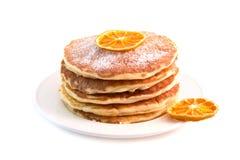 Crêpes avec l'orange sèche d'isolement sur le fond blanc Photographie stock
