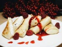 Crêpes avec la confiture de lait caillé et de framboise photo libre de droits
