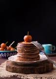 Crêpes avec la confiture et la fourchette chinoises de pommes Image stock