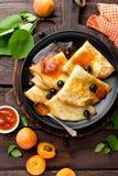 Crêpes avec la confiture fraîche de cassis et d'abricot photos stock