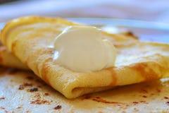 Crêpes avec la fin de crème sure vers le haut Concept : un plat de la farine, manière de la portion photo libre de droits