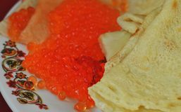 Crêpes avec le caviar de saumons rouges Photographie stock