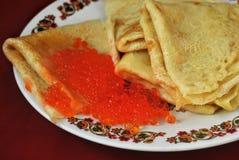 Crêpes avec le caviar de saumons rouges Image libre de droits