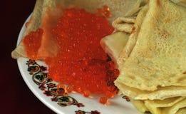 Crêpes avec le caviar de saumons rouges Photo libre de droits