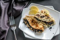 Crêpes avec le caviar noir Photographie stock libre de droits