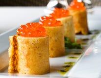 crêpes avec le caviar rouge Image stock