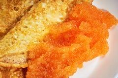 Crêpes avec le caviar rouge d'une plaque Photographie stock