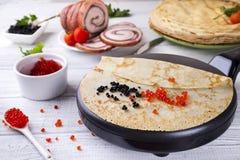 Crêpes avec le caviar rouge du plat Photographie stock libre de droits