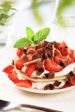 Crêpes avec le formage caillé et les fraises photo stock