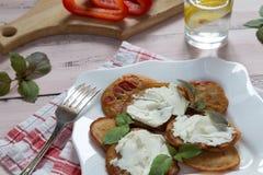 Crêpes avec le fromage de paprika et fondu photos libres de droits