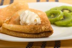 Crêpes avec le fruit de crème et de kiwi Photos libres de droits