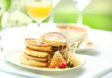 Crêpes avec le jus d'orange de thé de miel l'été de petit déjeuner de branche Image stock