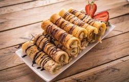 Crêpes avec le nutella et les fraises Fond en bois rustique Image libre de droits