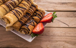 Crêpes avec le nutella et les fraises Fond en bois rustique Photographie stock