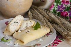 Crêpes avec le riz basmati, la zizanie et le poulet photo stock