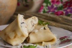 Crêpes avec le riz basmati, la zizanie et le poulet images stock