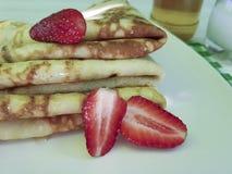 crêpes avec le verre de tradition de miel de fraise de lait sur en bois blanc photographie stock libre de droits
