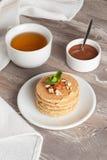 Crêpes avec les écrous, menthe décorée pour le petit déjeuner, verticale Photographie stock