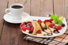 Crêpes avec les baies et la tasse de café Photographie stock libre de droits