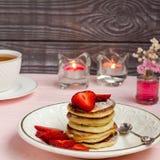 Crêpes avec les fraises et le thé Photographie stock libre de droits
