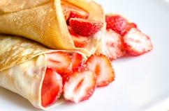 Crêpes avec les fraises fraîches Photographie stock libre de droits