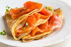 Crêpes avec les saumons fumés image stock