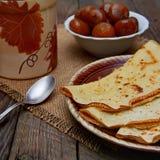 Crêpes avec une confiture et un thé de figue Image stock