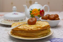 Crêpes avec une confiture et un thé de figue Images stock