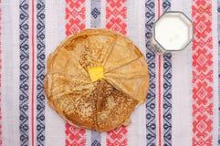 Crêpes, beurre et lait, vue supérieure Pâtisserie saine o de petit déjeuner Images libres de droits