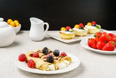 Crêpes bourrées de l'écrimage de fromage et de baie d'un plat pour le petit déjeuner Photo libre de droits