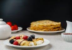 Crêpes bourrées de l'écrimage de fromage et de baie d'un plat pour le petit déjeuner Photographie stock