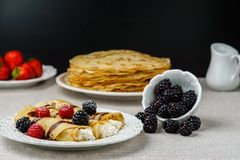Crêpes bourrées de l'écrimage de fromage et de baie d'un plat pour le petit déjeuner Images libres de droits