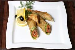 Crêpes bourrées des saumons et des verts avec les olives et le citron photo stock