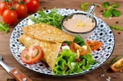 Crêpes bourrées du salami, des tomates, de la laitue, du mozzarella et de la sauce au fromage photographie stock