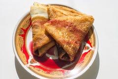 Crêpes bourrées du sirop de cerise sur une soucoupe photos libres de droits