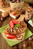 Crêpes décorées des écrous, du chocolat, des fraises fraîches et de la menthe Images libres de droits