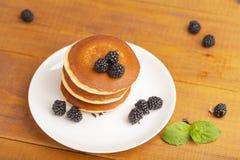 Crêpes délicieuses avec Blackberry et la menthe, d'un plat blanc images stock