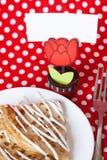 Crêpes délicieuses avec de la sauce pour le déjeuner Photos stock