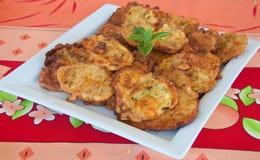 Crêpes délicieuses avec des fleurs de courgette Photos stock