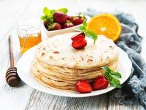 Crêpes délicieuses avec la fraise Photographie stock libre de droits
