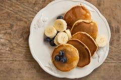 Crêpes délicieuses de petit déjeuner avec les myrtilles et la banane Photos stock