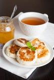 Crêpes délicieuses, menthe décorée, miel et thé, verticaux Photo libre de droits