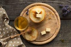 Crêpes délicieuses sur la table en bois avec du miel et le beurre Vue supplémentaire Photo libre de droits
