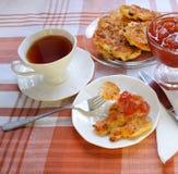 Crêpes d'Apple avec une cuvette de thé Photos stock