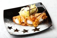 Crêpes d'or avec le carambolier et la crème Image libre de droits