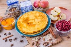 Crêpes d'or dans un plat bleu Photo stock