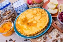 Crêpes d'or dans un plat bleu Image stock
